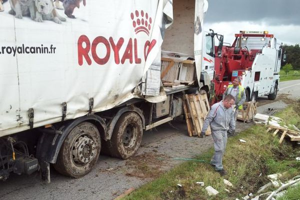 Le chargement en pierres de turquie du camion s'est déversé sur la chaussé lors du relevage