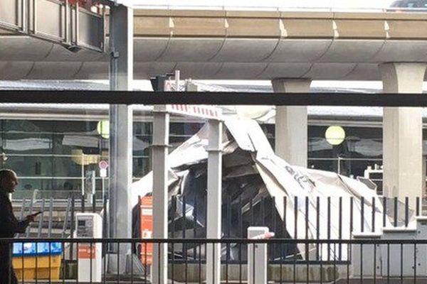 Roissy: un morceau de tôle s'envole du toit de l'aéroport