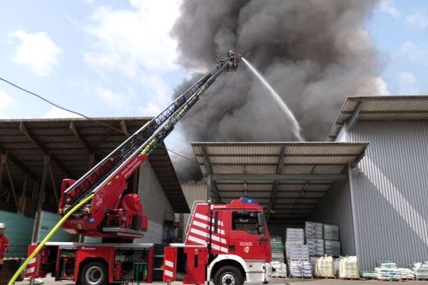 C'est dans une usine de traitement des déchets, côté allemand, que l'incendie à éclaté.
