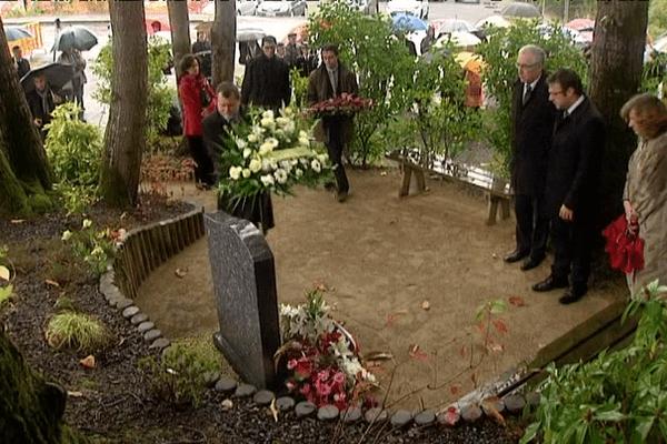 Dépôt de gerbes ce dimanche devant la stèle érigée en mémoire des victimes de l'accident de TER de Saint-Médard-sur-Ille (35)