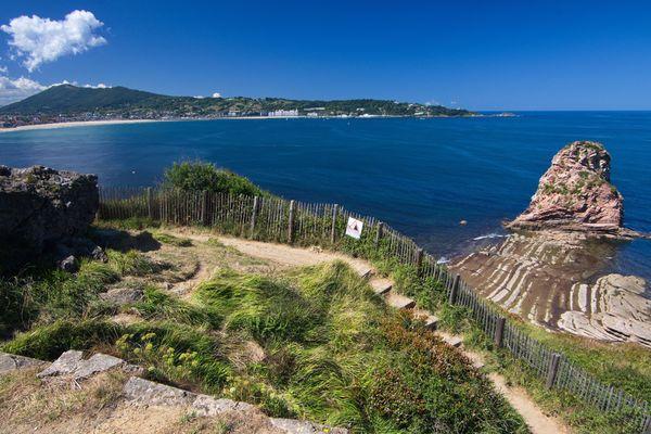 Le sentier du littoral, qui longe la corniche basque, est désormais interdit d'accès aux piétons en raison du risque d'éboulement.
