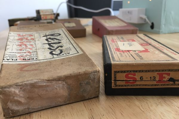 Les boîtes en carton contenant les plaques photographiques en verre léguées à la Cinémathèque de Nouvelle-Aquitaine