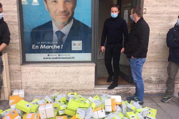 En signe de protestation, les syndicats ont déversé des compteurs devant la permanence du député LREM Cédric Roussel.