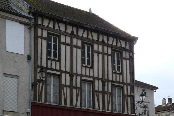 La façade à pans de bois du 7 place du marché de Joinville en Haute-Marne avant sa remise à neuf lors des ateliers participatifs.