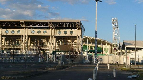 Le stade du hameau fermé au public.