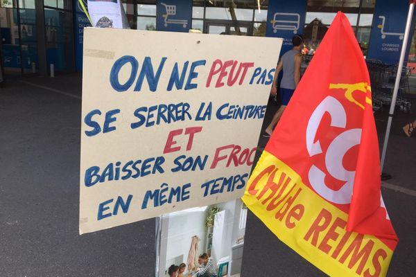 """Le slogan des employés de Castorama ce samedi 1er août : """"on ne peut pas se serrer la ceinture et baisser son froc en même temps"""""""