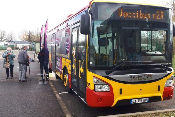 Un bus de la Soléa transformé en centre de vaccination itinérant, stationné ce 16 mars à Zillisheim.