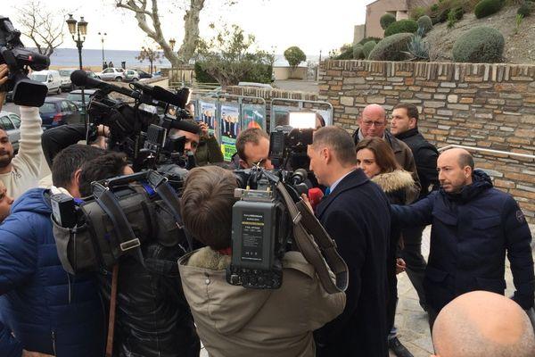 10/12/2017 - Les médias sont déjà nombreux autour du favori de ce second tour des élections territoriales en Corse, l'autonomiste Gilles Simeoni.