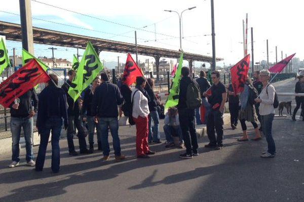 Des syndicalistes bloquent l'entrée des cheminots gare Saint Charles