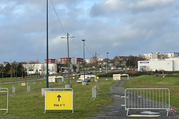 Ce 14 décembre, deux voitures attendaient à midi, au drive de Beaulieu, avec une seule file . La semaine prochaine les trois voies seront certainement ouvertes et bondées.