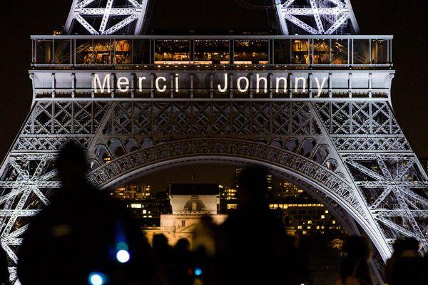 """La Tour Eiffel rend hommage à Johnny Hallyday, décédé le 6 décembre 2017, avec le message """"Merci Johnny"""""""