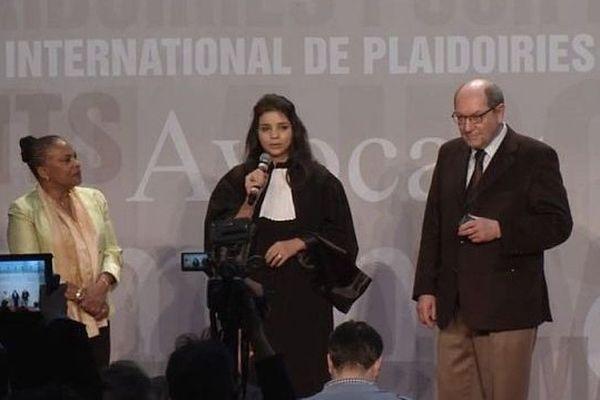 Yasmine Attia remporte le 25ème concours de plaidoiries des avocats du Mémorial de Caen, le dimanche 2 février 2014. Elle est entourée de Christiane Taubira et de Philippe Duron.