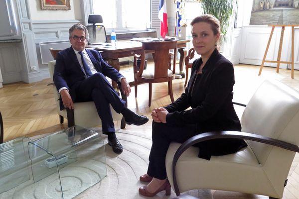 Le mercredi 30 mai 2020, Alain Claeys reçoit dans son bureau de l'hôtel de ville de Poitiers Léonore Moncond'huy, tête de liste de Poitiers Collectif, vainqueur des élections municipales.