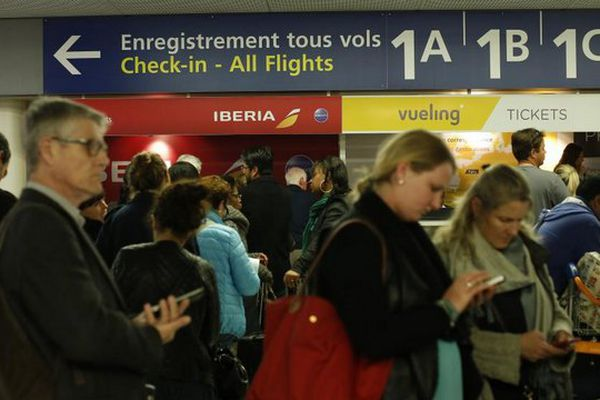 Des voyageurs patientent à l'aéroport d'Orly lors d'une grève des contrôleurs aériens, le 8 avril 2015.