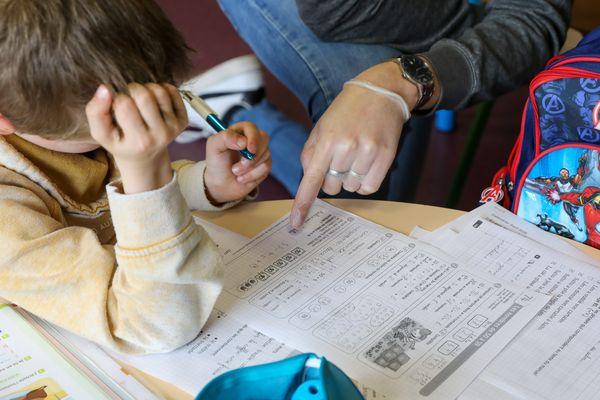 En Centre-Val de Loire, les familles n'ayant pas accès à un ordinateur ou Internet pourront recevoir les devoirs par courrier postal.
