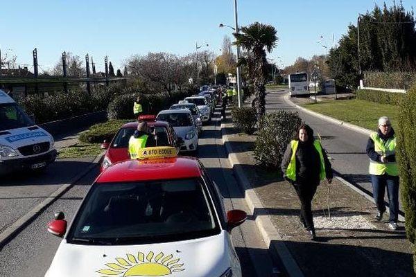 Les auto-écoles bloquent l'avenue du 8 mai à Marignane