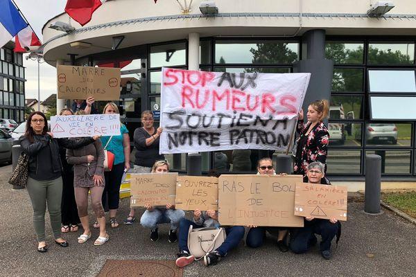 Une dizaine de salariées manifestaient ce lundi matin devant le commissariat de Saint-Dizier.