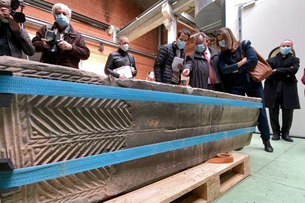 Le sarcophage ouvert ce jeudi dans les ateliers de restauration de la ville de Toulouse
