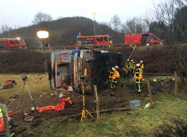 D'importants moyens ont été déployés pour secourir les victimes de l'accident de bus, à Tauves, dans le Puy-de-Dôme.