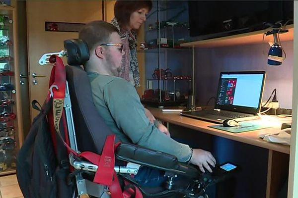 Frédéric et sa mère. Le jeune homme de 23 ans est atteint d'une maladie dégénérative paralysante et a besoin d'aide au quotidien.