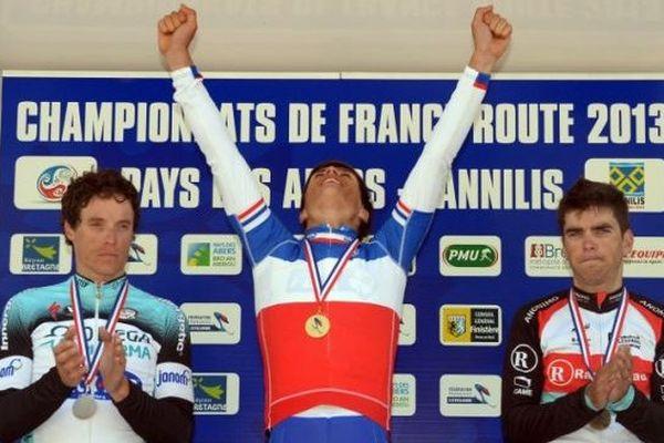 Arthur Vichot savoure sur le podium son titre de champion, le 23 juin 2013 à Lannilis, Finistère.