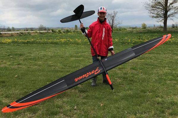 Nicolas pilote des monoplaneurs électriques.