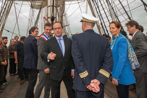 François Hollande et Ségolène encadrent le commandant Yann Cariou sur le pont de l'Hermione le 18/04/2015