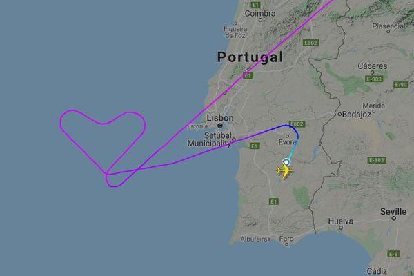 Pour le dernier vol de son A380, la compagnie aérienne portugaise Hi Fly lui a fait dessiner un coeur dans le ciel.
