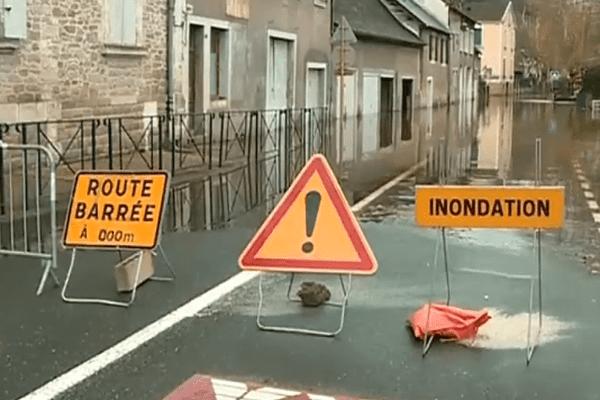 Plusieurs villes et villages aquitains ont été victimes des fortes crues ces derniers jours, comme ici à Terrasson en Dordogne.