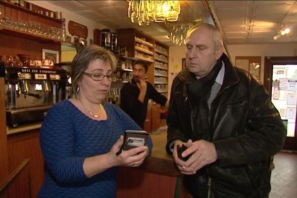 Le maire de Sainte-Marthe et une commerçante observent le faible débit internet