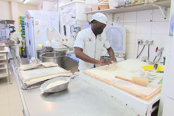 Jeune apprenti boulanger guinéen, Lamine Diaby vient d'obtenir son CAP après deux années de formation à Besançon. Il espère rester en France pour poursuivre ses études et décrocher un CDI.