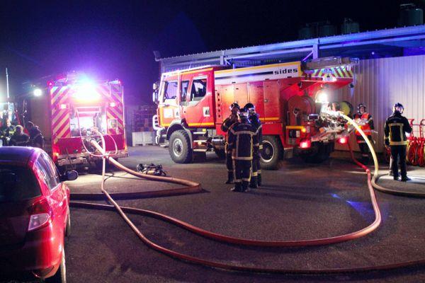 Les pompiers du Lot ont lutté pendant plusieurs heures contre cet incendie survenu dans les locaux de La Quercynoise à Gramat.
