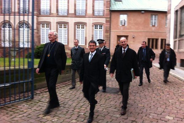 Le ministre de l'Intérieur Manuel Valls, avec l'archevêque Mgr Grallet, ce matin à Strasbourg