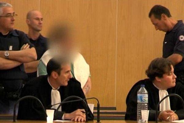 Beatrice Liédot (floutée) avant l'annonce du verdict aux Assises du Calvados