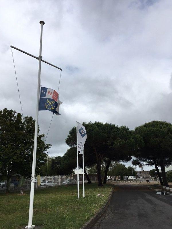 Drapeaux en berne à la SNSM après le décès de trois sauveteurs aux Sables d'Olonne, le 7 juin 2019