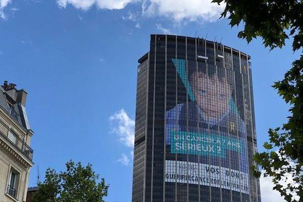 L'affiche installée par Gustave-Roussy sur la tour Montparnasse s'étale sur plus de 2 200 m2.