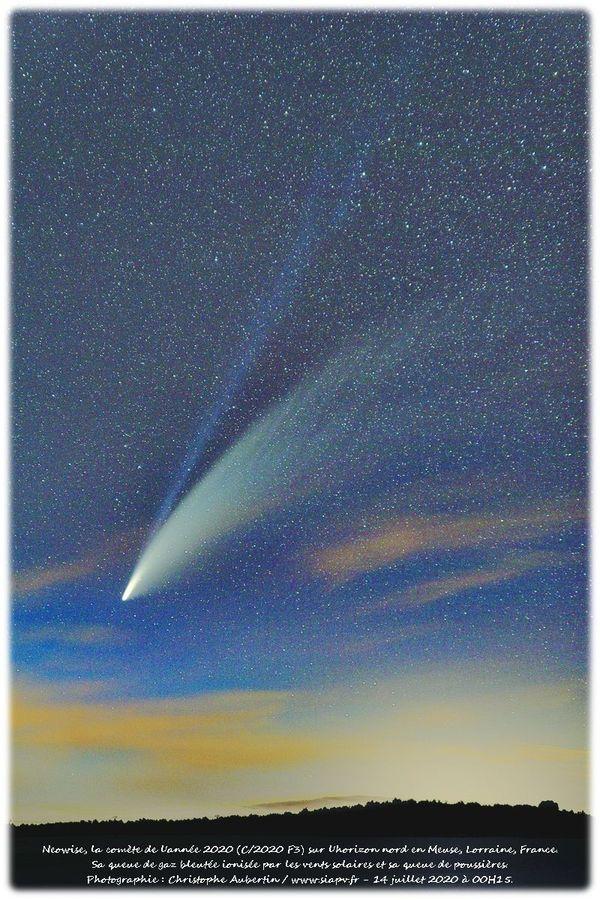 Neowise et sa queue bleutée ionisée par les vents solaires et sa queue de poussières.