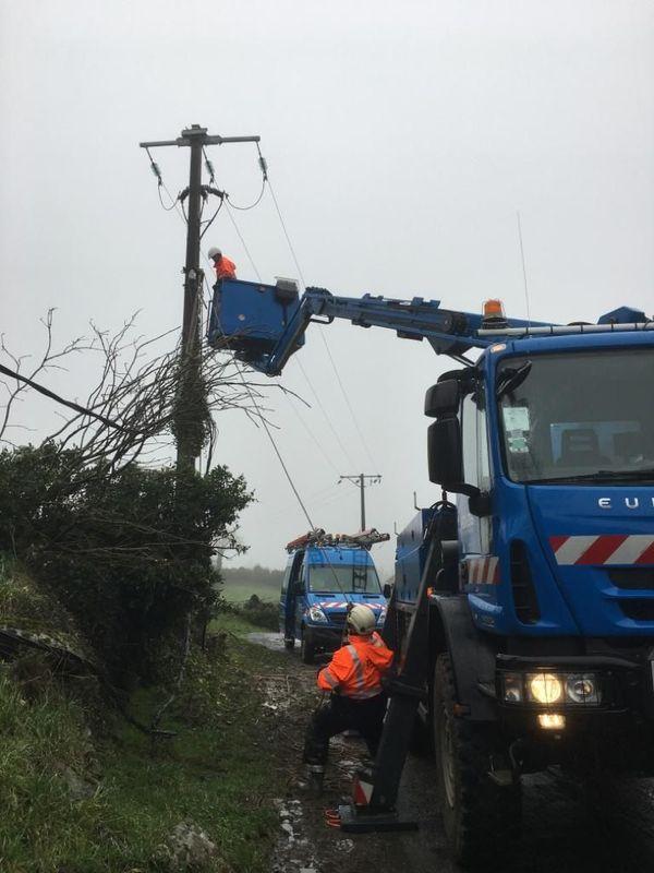 Chantier à Durenque (12) pour réparer les câbles électriques tombés à cause du vent.