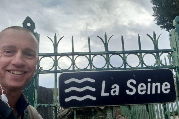 Martijn Koning. est arrivé dans l'Aube, à Bar-sur-Seine le 20 octobre. Il lui reste deux semaines de marche pour retrouver sa mère aux Pays-Bas.