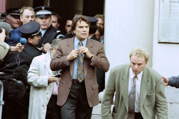 Bernard Tapie à la sortie de la Cour d'appel de Douai, en 1995.