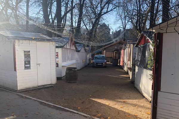 Les cabanes du marché de Noël étaient fermées ce mercredi midi.