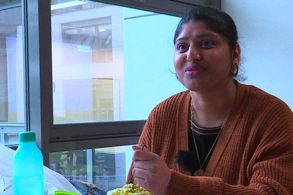 Rosi est étudiante en droit à Rouen, chaque jour, elle apporte son repas pour économiser sur son petit budget. Depuis 4 ans, elle passe chaque semaine à l'épicerie solidaire de la fac.