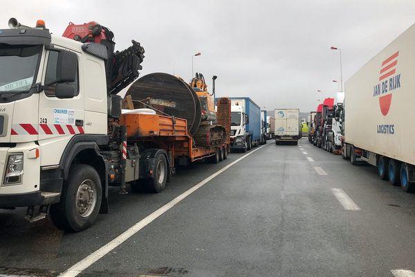 Narbonne (Aude) - des centaines de camions bloqués entre A9 et A61 - 1er mars 2018.