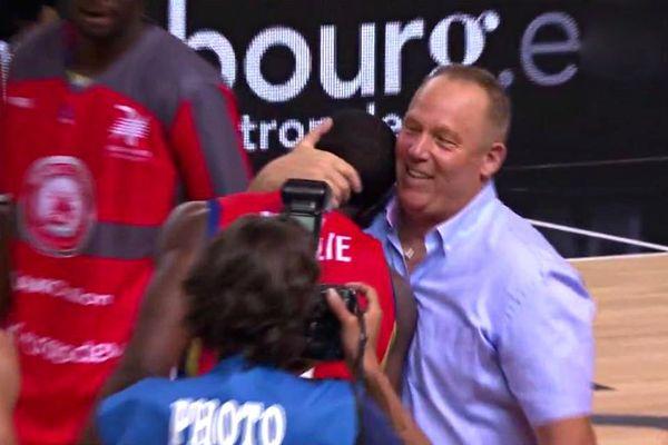 Jean-Denys Choulet félicite son joueur Jérémy Nzeulie, décisif dans la victoire de Chalon à Strasbourg, le 17 juin 2017.
