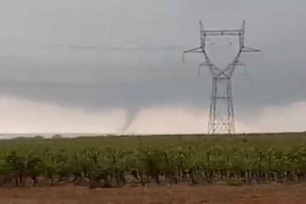 Météo France signale une tornade entre Pézenas et Clermont-l'Hérault. Le département de l'Hérault est placé en vigilance jaune.