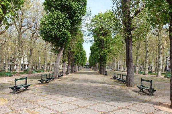 A Vichy dans l'Allier, les allées du Parc des sources sont désespérément vides, en raison du confinement dû au coronavirus COVID 19.