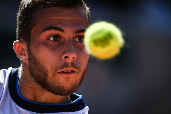 Paris-Tournoi de Roland Garros - Le jeune Toulousain Hugo Gaston a les yeux rivés sur la balle, dans le duel des tennismen d'Occitanie qui l'oppose au Biterrois Richard Gasquet. 1 juin 2021.