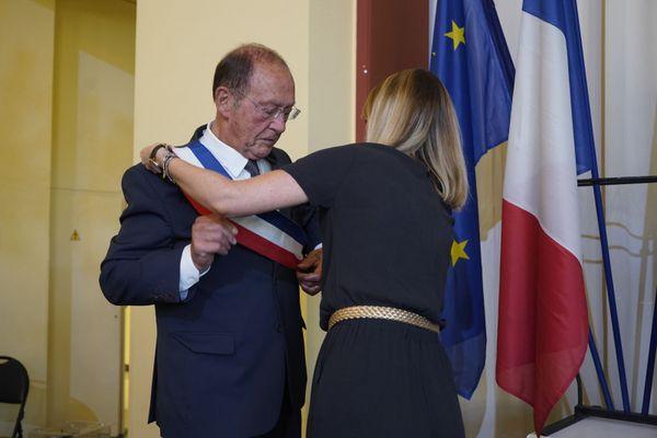Jean-Claude Guibal reçoit l'écharpe de maire pour la 6e fois consécutive.