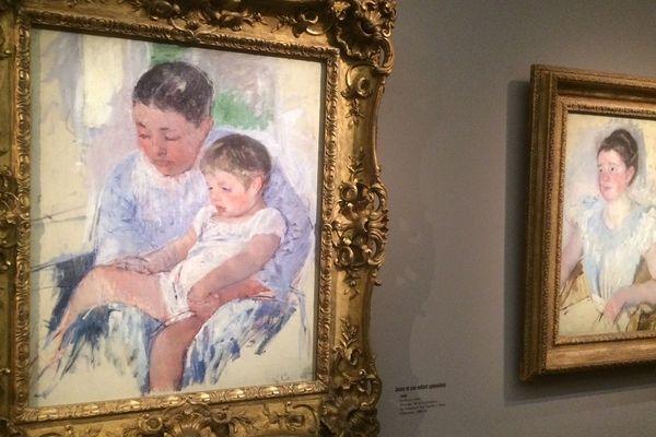 Intégrée aux impressionnistes, Mary Cassatt délaissait les paysages, leur préférant les portraits de femmes avec leurs enfants.