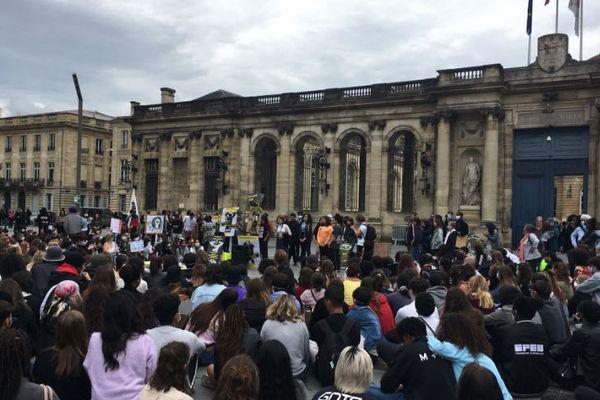 """3500 collégiens et lycéens ensemble dans les rues de Bordeaux pour dénoncer le racisme et les violences policières. """"Il y a de l'espoir qui va naître de ça"""" a déclaré Philippe Poutou qui a posté cette photo sur son compte twitter."""